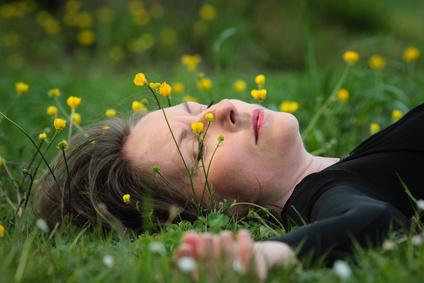 femme ?tendue dans l'herbe