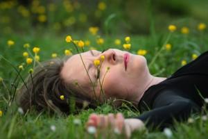 femme étendue dans l'herbe